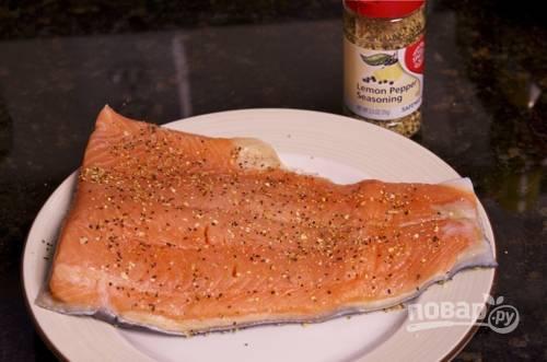 Филе лосося помойте, обсушите и натрите лимонным перцем.