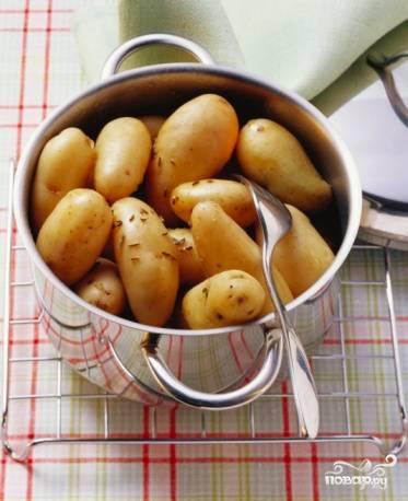 """Картофель вымыть, сложить в кастрюлю, отварить в """"мундирах"""" до полуготовности."""