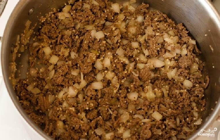 1. Обжарим фарш на растительном масле. Добавим затем к нему измельченный лук и горчицу, а также специи по вкусу. Перемешаем и обжарим все вместе.