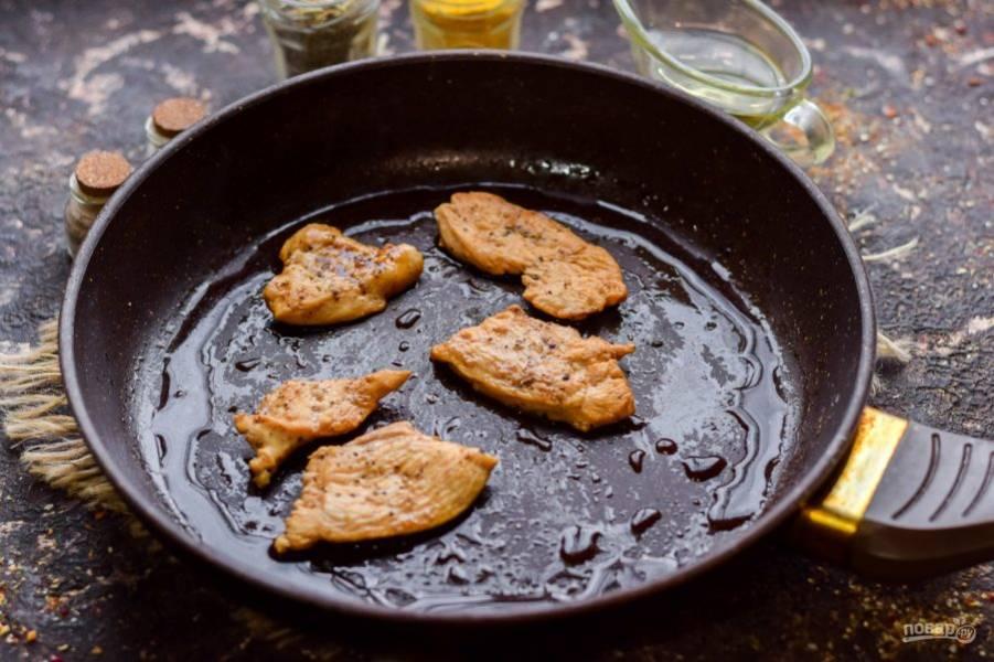 Поджарьте курицу на ложке масла, добавьте соевый соус, протушите 4 минуты - до готовности курицы.