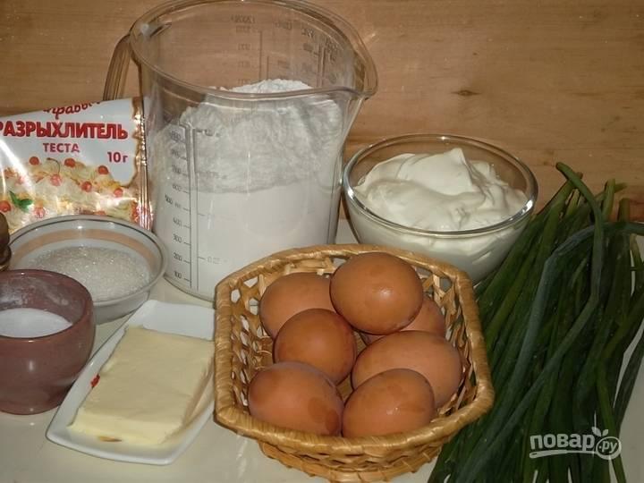 1. Вот такой набор ингредиентов мы будем использовать. Первым делом поставьте вариться 4 яйца (вкрутую).