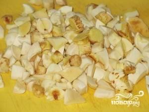 1.Сначала готовим начинку для пирога: Маслята тщательно моем, очищаем от кожицы и нарезаем кусочками.