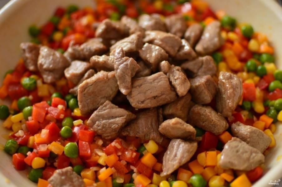 Теперь добавьте к овощам, когда они станут мягкими, мясо.