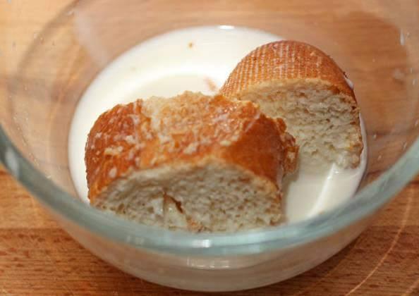 2. Ломтик хлеба или сухарик замочить в молоке (воде). Когда хлеб хорошо размягчится, отжать его и добавить в мясной фарш.