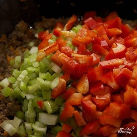 Туда же - кубиками нарезанный болгарский перец.