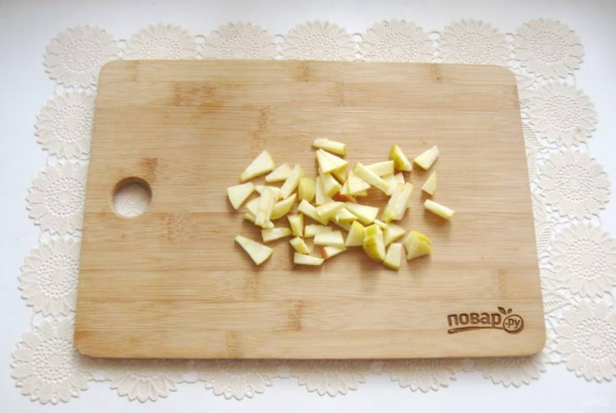 Нарежьте яблоки небольшими кусочками.