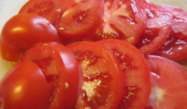 Нарезаем кружочками томаты.
