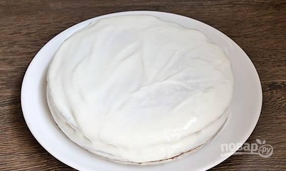 Выровняйте кремом торт с боков. Уберите выпечку в холодильник для пропитки.