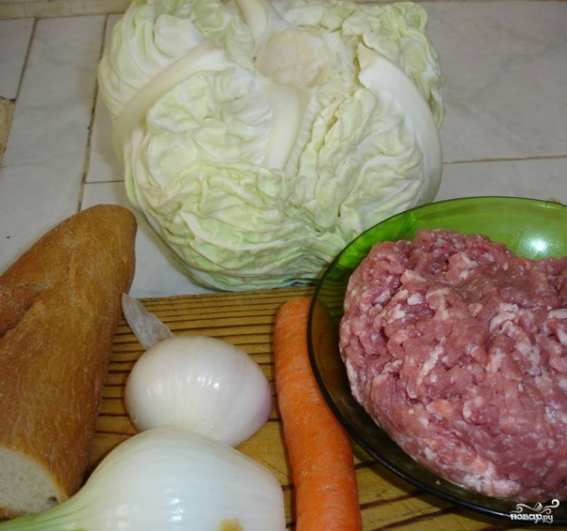 1. Рецепт приготовления капусты, фаршированной мясом, - простой, хоть и требует некоторых усилий. Для начала необходимо приготовить фарш. Мясо (свинина или говядина) вымыть, просушить, нарезать порционными кусочками и пропустить через мясорубку.