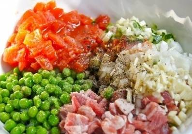 Смешиваем подготовленные овощи и мясо, солим и перчим.