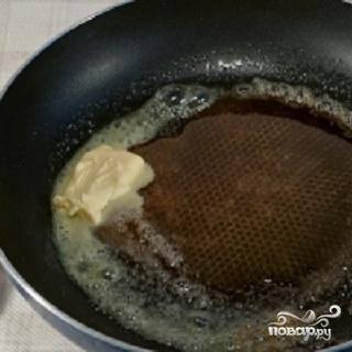 2.Чтобы соус приготовить правильно, вам нужна будет тефлоновая сковорода. Всыпьте сахар в сухую сковороду и поставьте на огонь. Когда сахар закарамелизируется, положить в сковородку сливочное масло и смешать с сахаром.