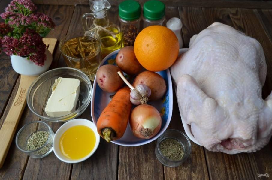 Подготовьте продукты. Достаньте сливочное масло из холодильника и оставьте на столе, пусть стоит. Цыпленка вымойте тщательно, удалите остатки перьев и грубую желтую кожуру на ножках.