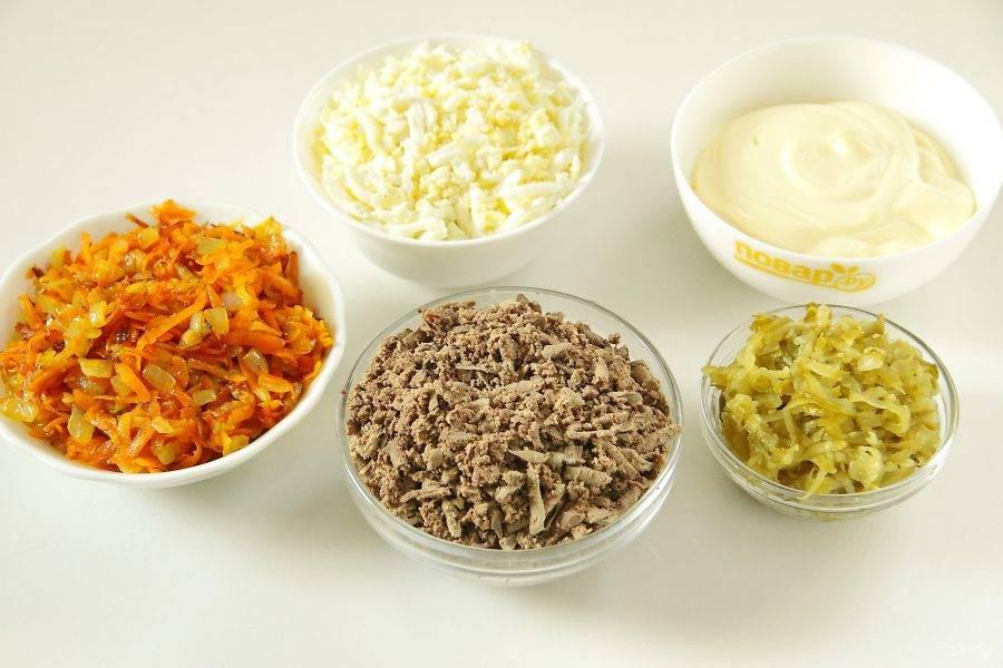 Лук с морковью обжарьте. Огурцы натрите на крупной терке и отожмите. Очищенные яйца и печень также натрите на крупной терке.