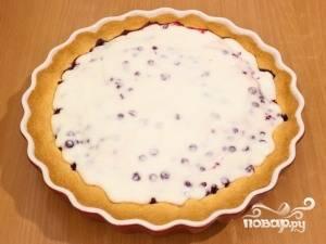 8.Как только достали пирог из духовки — залейте его сметанным кремом.
