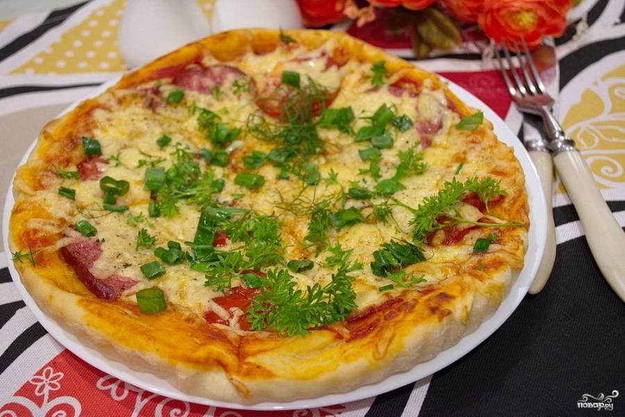 """Подайте пиццу """"Пепперони"""" к столу, посыпав ее сверху зеленью. Приятного аппетита и душевных посиделок с друзьями и родными!"""