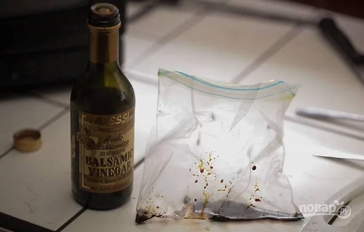 Приготовьте маринад: соедините уксус, масло, травы, горчицу и измельченный лук, Отправьте маринад в пакет.