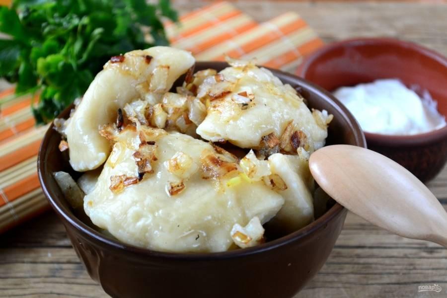 Готовые вареники подавайте с жареным луком и сметаной. Приятного аппетита!