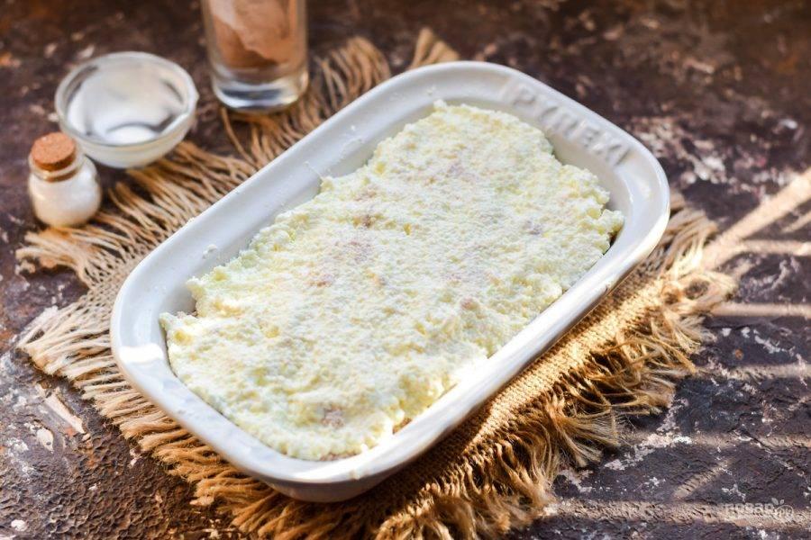 Поверх уложите остаток творога – белый слой. Запекайте сырник в духовке при температуре 180 градусов, в течение 25-30 минут. Спустя время подавайте сырник к столу.