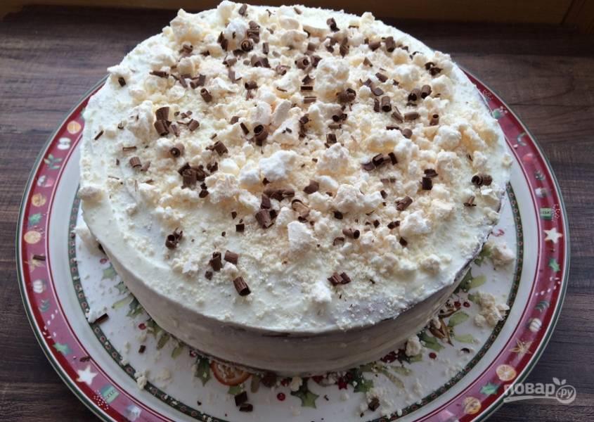 5. Посыпаем орешками, шоколадом и безе. Торт готов!
