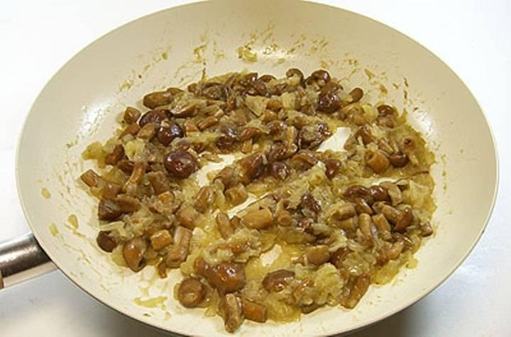 Затем добавьте грибы и обжаривайте вместе в течение 15 минут, не забыв посолить и поперчить.