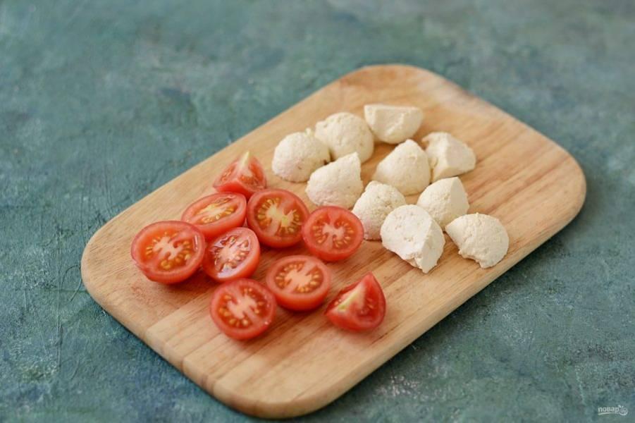Помидоры черри разрежьте пополам, тофу нарежьте кубиками или ломтиками среднего размера.