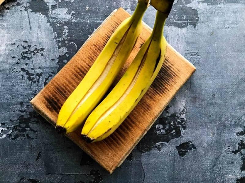 На бананах в кожуре сделайте глубокий разрез.