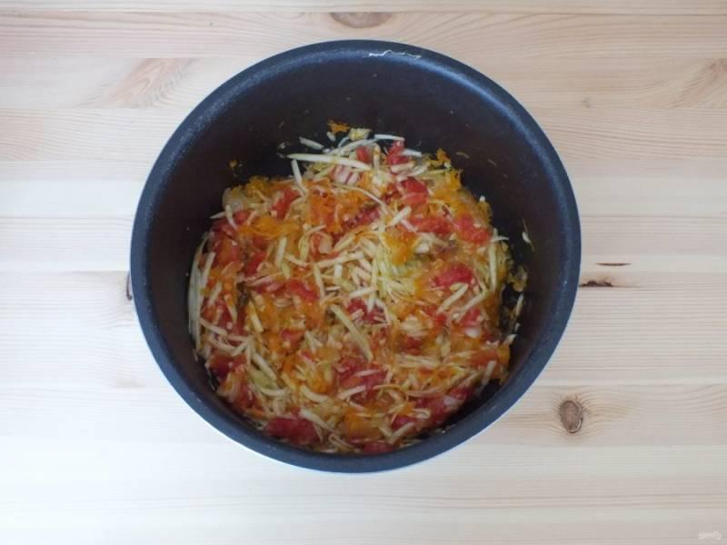 Добавьте кабачок с помидором к обжаренным луку и моркови. Продолжайте обжаривать в течение 15 минут.