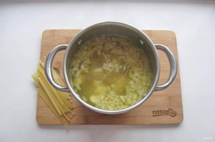 После отправьте в кастрюлю лапшу, перемешайте и варите суп еще 10 минут до готовности лапши.