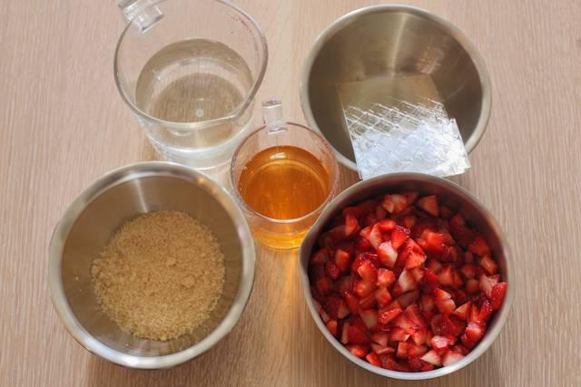 5. Клубнику вымыть, обсушить и нарезать. Размочить желатин. Соединить сахар, ликер, около стакана воды. Прогреть до растворения сахара и снять с огня. Влить желатин и как следует перемешать. Достать бокалы из холодильника. Выложить измельченные ягоды и залить приготовленным желе. Охлаждать клубничное парфе в домашних условиях еще минимум 2-3 часа до полного застывания.