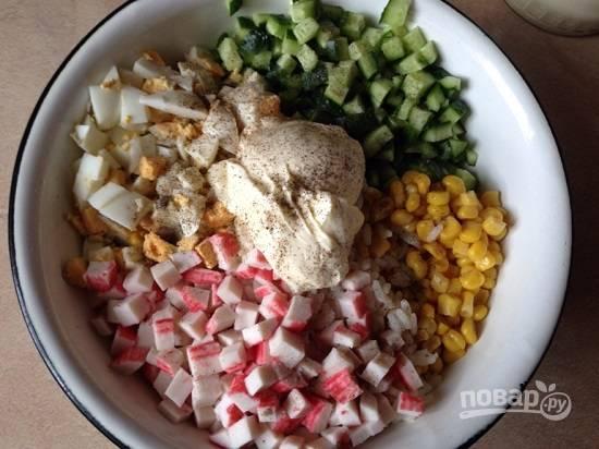 Перекладываем все нарезанные компоненты в миску, добавим соль и перец по вкусу. И добавим майонез.