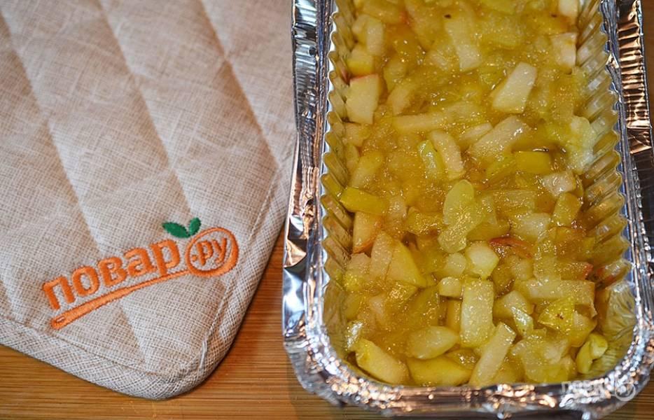 Выложите яблоки в форму для выпечки.