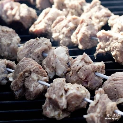 3. Через четыре часа приготовьте мангал. Мясо нужно нанизать на шампуры и оставить стечь примерно на полчаса.