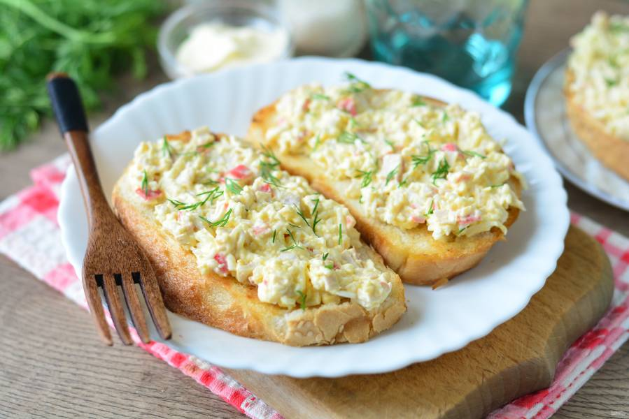 Бутерброды с крабовыми палочками и плавленым сыром