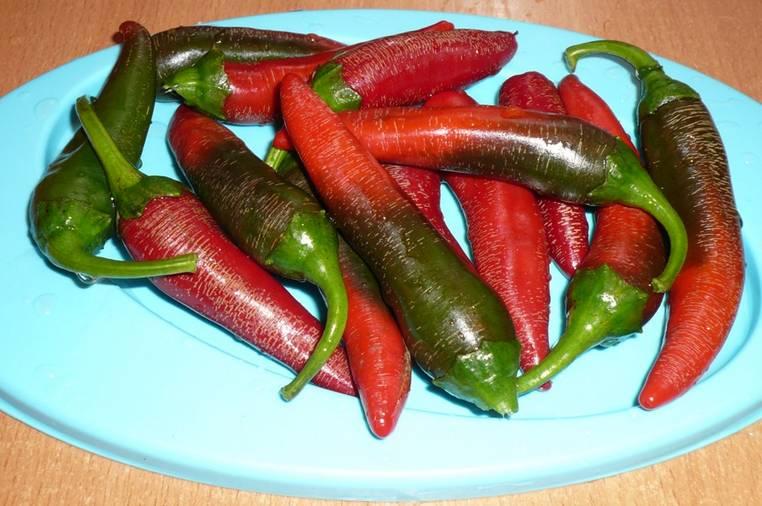 3. А вот количество острого перца зависит от ваших вкусовых предпочтений. Если не любите слишком острое, тогда удалите предварительно семена, это снизит жгучесть перца.