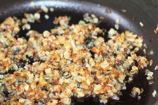 Луковицу чистим и мелко нарезаем. Обжариваем на растительном масле.