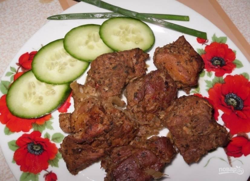 11.Готовый шашлык перекладываю на тарелку и подаю со свежими овощами. Приятного аппетита!