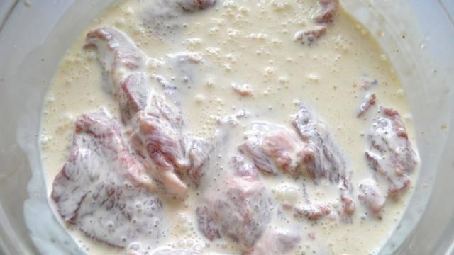 Выкладываем кусочки мяса в получившийся маринад. Ставим в холодильник минимум на 2 часа.