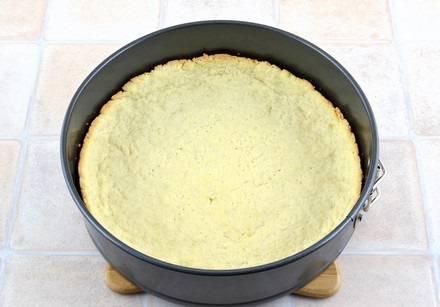 5. Отправьте форму в разогретую духовку, запекайте около 15 минут, чтобы корж немного подрумянился.
