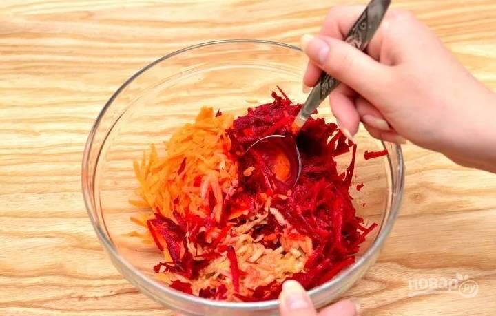 4.Все продукты перекладываю в салатник и перемешиваю хорошенько, ничем не заправляю блюдо.