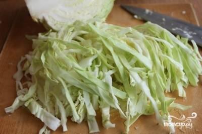 С капусты снять верхние листья, тонко нарезать.
