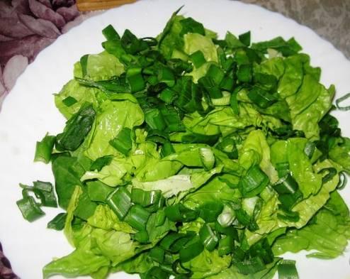 1. Салатную смесь разморозим, если нужно, моем и рвем руками. несколько крупных листьев оставьте для украшения.