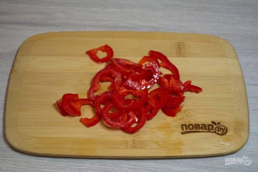 Болгарский перец и перец чили нарежьте на небольшие кусочки. Перец можно измельчить как угодно (соломка, кубик), главное, чтоб его было удобно кушать в готовом супе.
