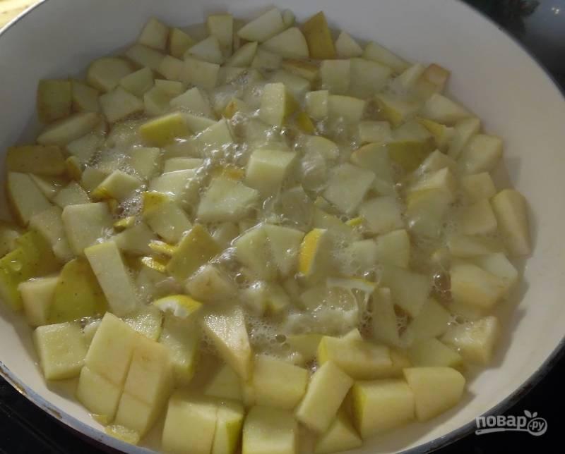 Нарезанные яблоки вместе с лимоном отправить на сковородку с добавлением небольшого количества воды. Тушить около 5 минут на среднем огне. Яблочки станут мягкими, не теряя полезных свойств и своей сочности.