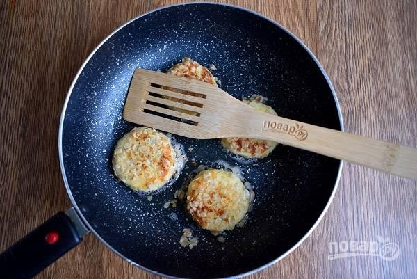 Разогрейте масло на сковороде. Обжарьте каждый сырник по 3-4 минуты с каждой стороны до румянца.