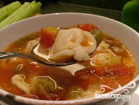 5.Разлить горячий суп по тарелкам, пропорционально разложить в него готовые тортеллини и сразу же подавать на стол.