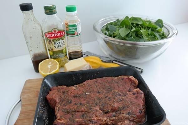 Смажьте также мясо оливковым маслом, оставьте мариноваться хотя бы на полчаса.