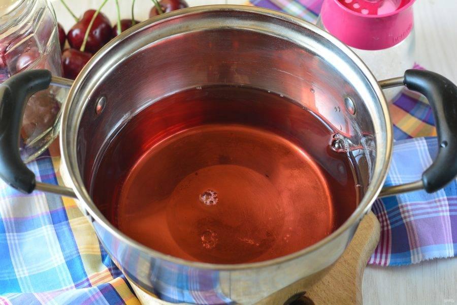 Слейте воду в кастрюлю, всыпьте сахар, перемешайте и варите до растворения кристаллов 2-3 минуты.