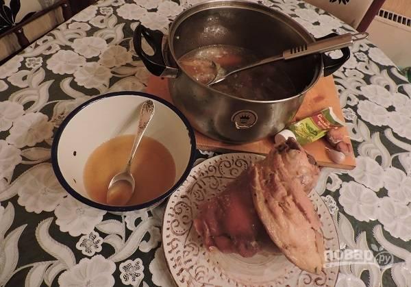 7. Аккуратно достаньте рульку и немного остудите. Натрите горчицей по вкусу со всех сторон. Мед разведите небольшим количеством пива и перемешайте.