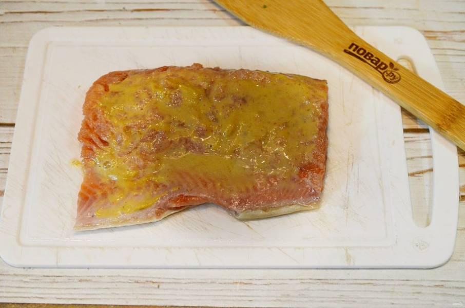 3. Залейте рыбу маринадом и оставьте на 2 часа, периодически переворачивая.