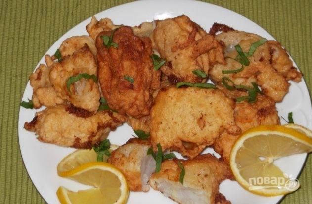 Готовую жареную рыбу подавайте с лимонными дольками и нарезанной зеленью. Приятного аппетита!